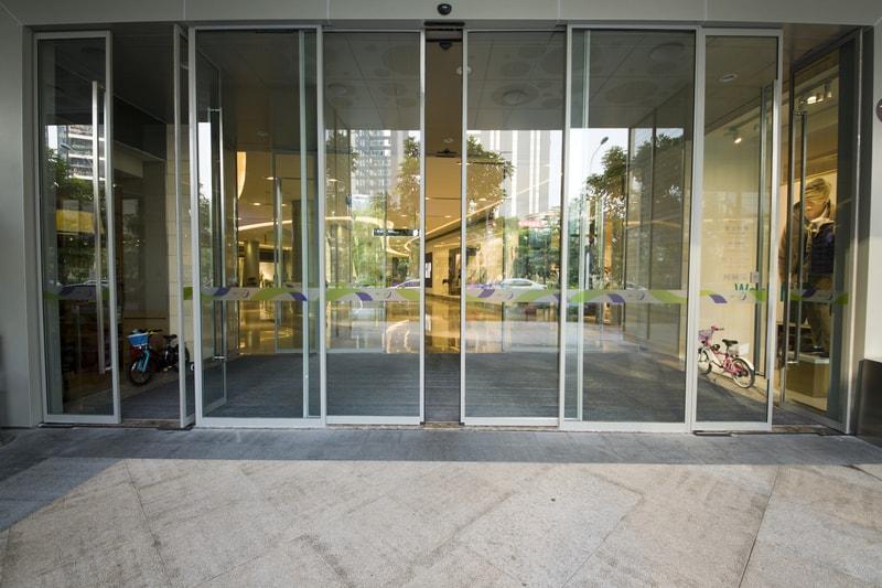 Beneficios empresariales de las puertas automáticas de cristal