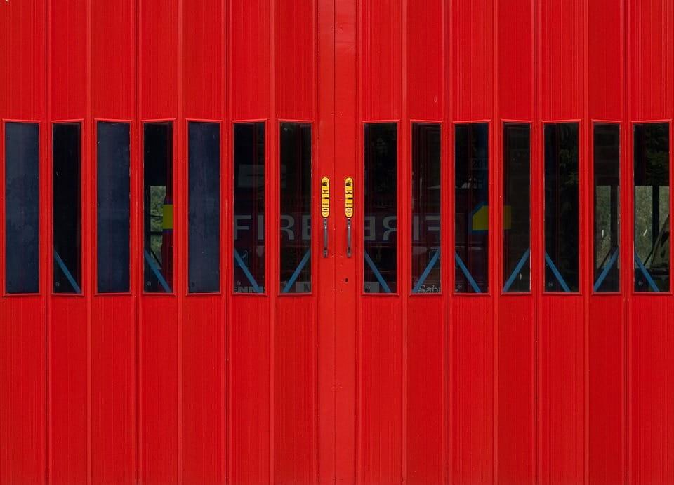 Por qué instalar puertas contra incendio en las industrias