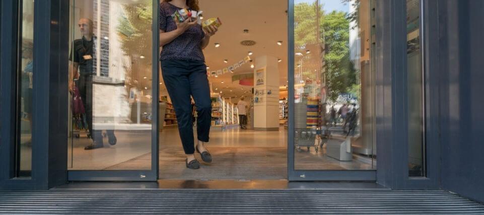 ¿Por qué automatizar las puertas de cristal de su negocio?