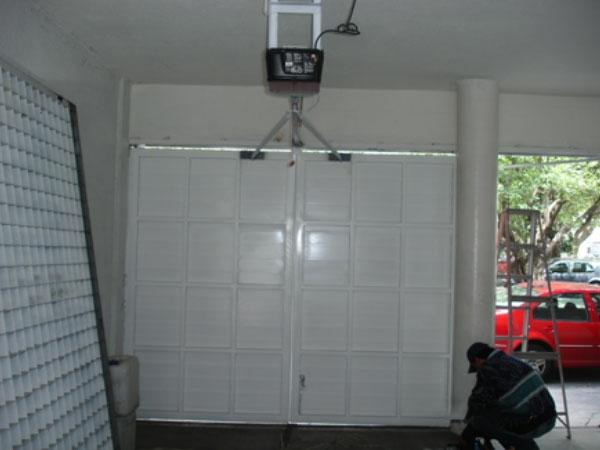 Puertas abatibles hacia afuera automatiza for Puertas que abren hacia afuera