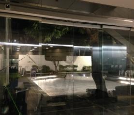 Las puertas automáticas de cristal: indispensables en los negocios