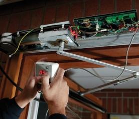 ¿Qué puede hacer cuando la puerta de su garaje no cierra y abre adecuadamente?