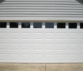 ¿Qué tan a menudo debo dar mantenimiento a mi puerta de garaje?