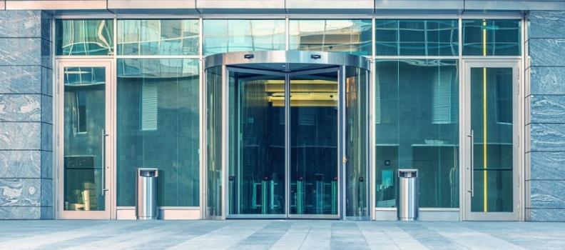¿Por qué cada vez más negocios instalan puertas automáticas?
