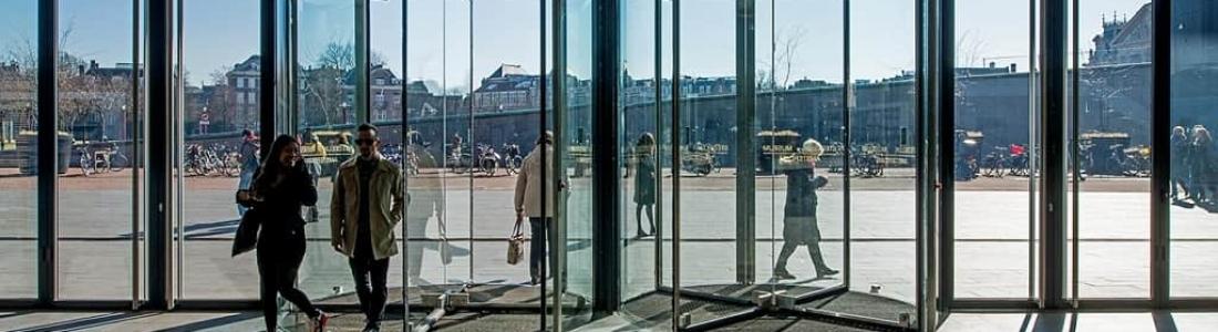 Conozcan la dinámica que hay detrás de las puertas automáticas de cristal